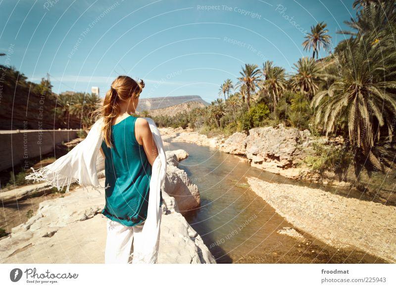 palmenöl Frau Mensch Jugendliche Ferien & Urlaub & Reisen Ferne Erholung feminin Freiheit träumen Erwachsene Wind Ausflug Abenteuer Tourismus Fluss
