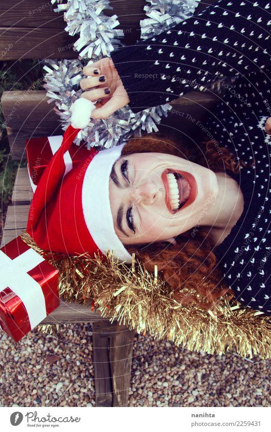 Junge nette Frau rundete durch Weihnachtsdekoration Lifestyle Stil Design Freude schön Haut Gesicht Feste & Feiern Weihnachten & Advent Silvester u. Neujahr