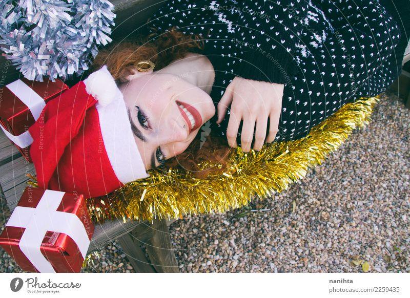 Junge glückliche Frau umgeben durch Weihnachtsdekorationen Mensch Jugendliche Weihnachten & Advent Junge Frau schön Freude 18-30 Jahre Gesicht Erwachsene