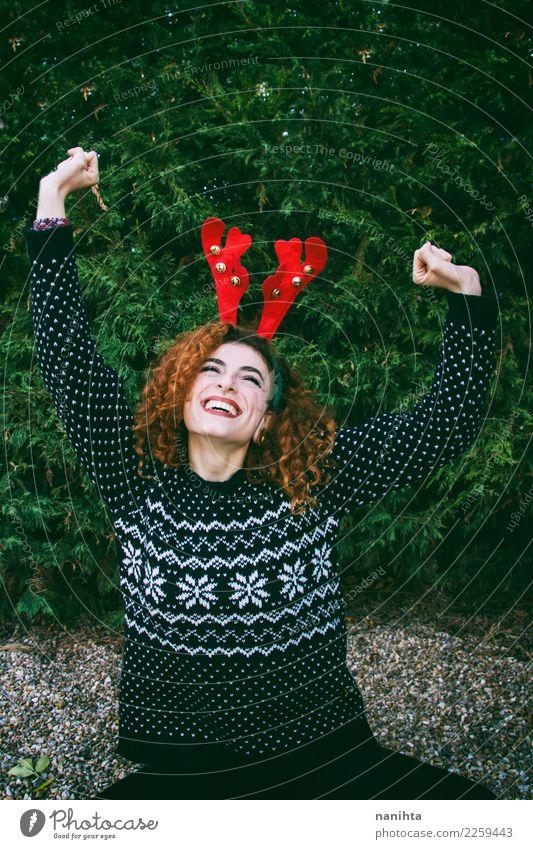 Junge Rothaarigefrau, die einen Weihnachtstag genießt Mensch Natur Jugendliche Weihnachten & Advent Junge Frau Baum Freude 18-30 Jahre Erwachsene Leben