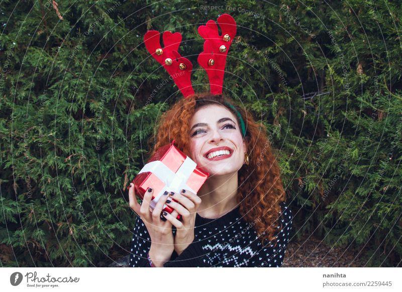 Tragende Winterkleidung der jungen Frau hält eine Geschenkbox schön Wellness Leben Feste & Feiern Weihnachten & Advent Silvester u. Neujahr Mensch feminin