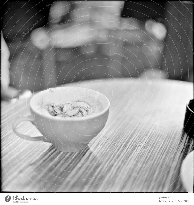 Das Leben genießen Lebensmittel Sahne Getränk Heißgetränk Kaffee Tasse Tisch Maserung trinken heiß lecker Lebensfreude Vorfreude analog Rahmen Quadrat