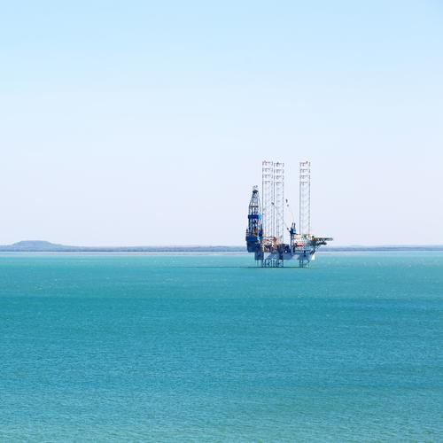 eine Off-Shore-Plattform im klaren Ozean Himmel Meer Umwelt Küste Business Wasserfahrzeug Technik & Technologie Energie Industrie Stahl fliegend Entwurf Erdöl