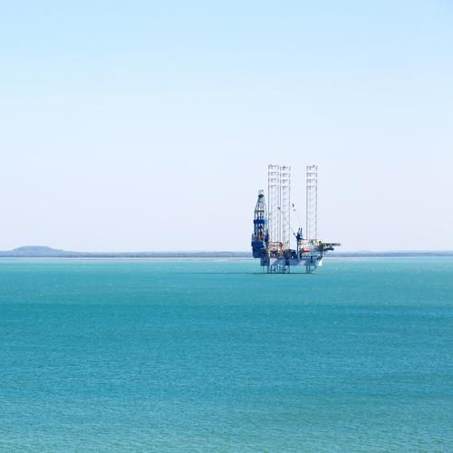 eine Off-Shore-Plattform im klaren Ozean Meer Industrie Business Maschine Technik & Technologie Umwelt Himmel Küste Wasserfahrzeug Hubschrauber Stahl Erdöl