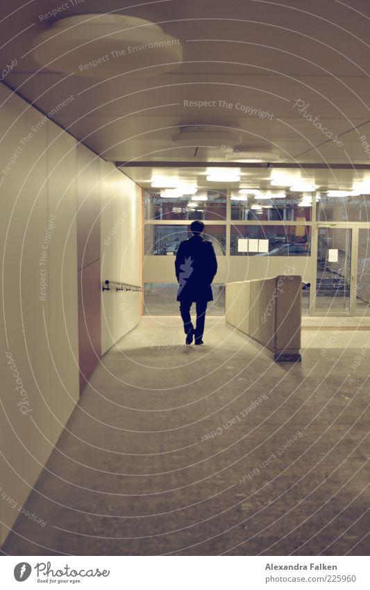 Der Soulboy sagt 'Auf Wiedersehen'. Mensch Mann Erwachsene Leben Lampe Autofenster Tür gehen maskulin Ende Eingang Abschied Mantel Flur Plattenbau Gebäude