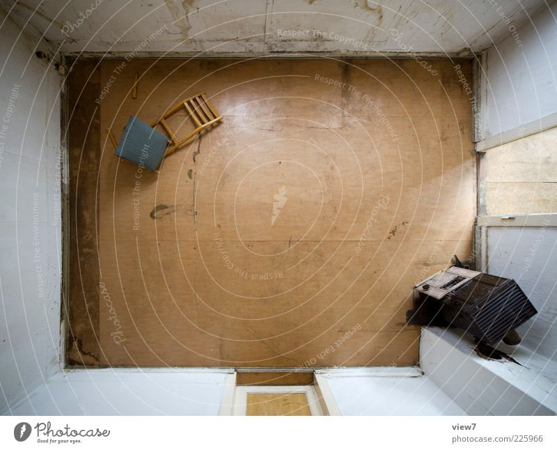 Schlafzimmer alt Einsamkeit Gefühle Holz Stein Linie braun Tür Raum authentisch ästhetisch kaputt trist Wandel & Veränderung einzigartig Stuhl