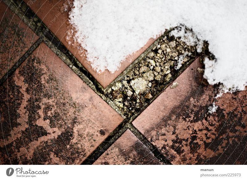renovierungsbedürftig Winter Eis Frost Schnee Bodenbelag Bodenplatten Fliesen u. Kacheln Stein alt dreckig authentisch kalt kaputt retro Verfall Vergänglichkeit