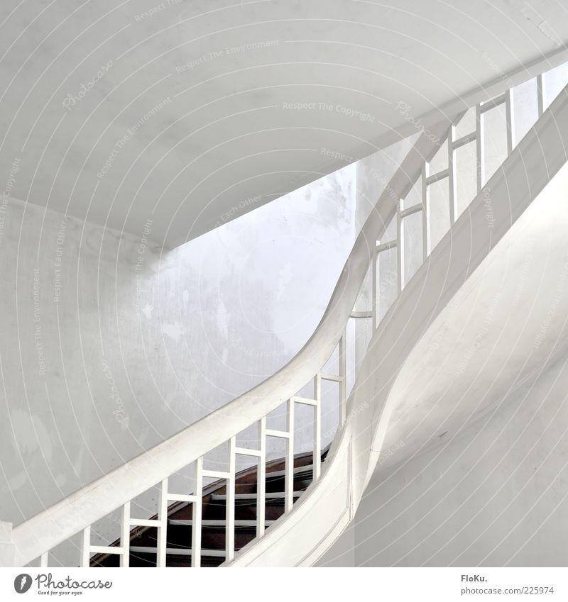 weiße Treppe Menschenleer Gebäude Architektur alt ästhetisch hell Vergangenheit Vergänglichkeit Treppenhaus Treppengeländer Innenaufnahme Kunstlicht Licht