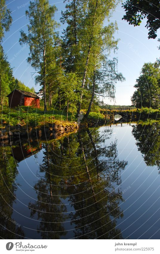 Der schwedische Schotte Himmel Wasser grün blau Baum Wald Wiese Landschaft Glück Zufriedenheit Brücke natürlich Hoffnung Kitsch Haus Idylle