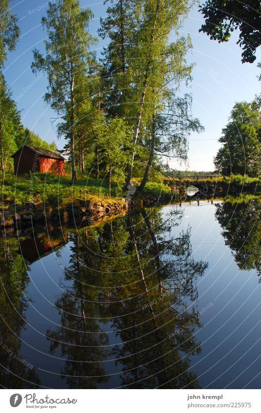 Der schwedische Schotte Landschaft Wasser Himmel Baum Wiese Wald Seeufer Hütte Brücke Kitsch natürlich blau grün Glück Lebensfreude Geborgenheit