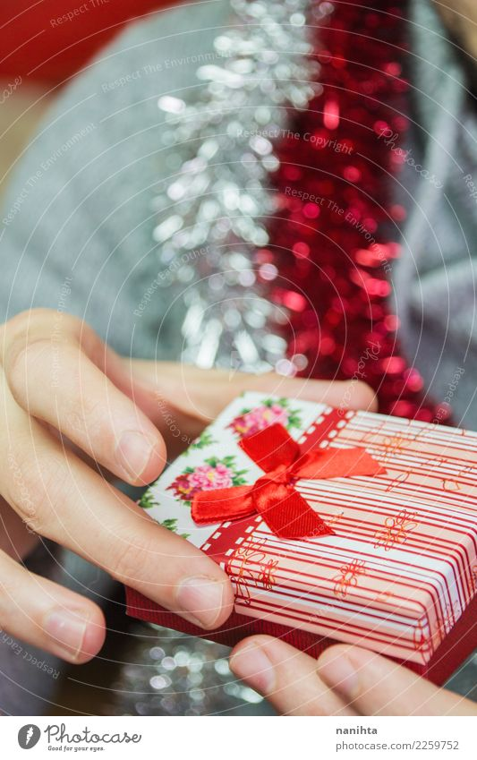 Junger Mann, der ein Weihnachtsgeschenk hält Feste & Feiern Weihnachten & Advent Silvester u. Neujahr Mensch maskulin Erwachsene Jugendliche 1 30-45 Jahre