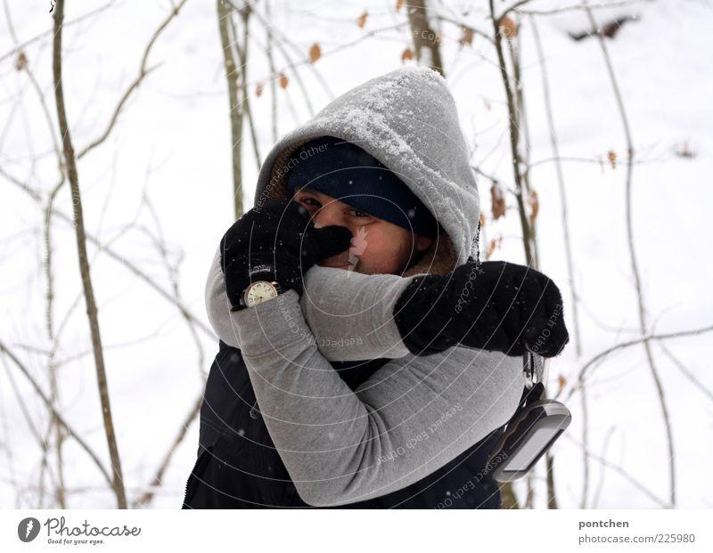 Ein Mann in winterbekleidung spielt Elefant und formt seine Arme zu einem Rüssel. Winter. Humor Mensch maskulin Junger Mann Jugendliche Erwachsene 1 18-30 Jahre