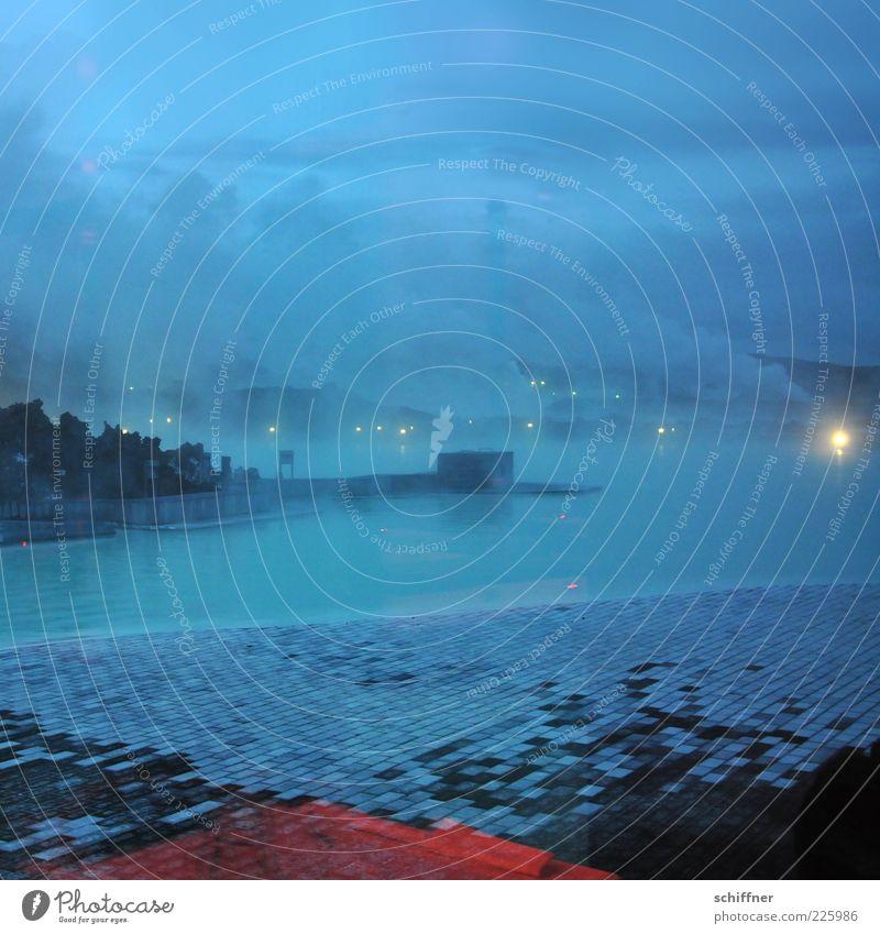 Blaue Stunde ohne Passanten blau Wasser Wolken dunkel Urelemente Fliesen u. Kacheln Abenddämmerung Island Wasseroberfläche mystisch unheimlich Wasserdampf