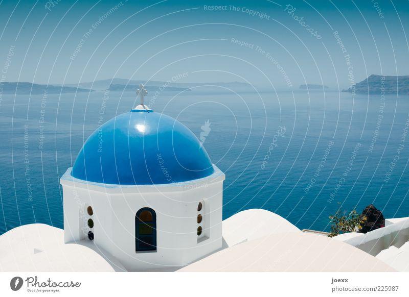 Verkuppelt Wasser Sonnenlicht Sommer Schönes Wetter Meer Insel Kirche Mauer Wand Dach Sehenswürdigkeit Zeichen Kreuz alt historisch nah schön blau weiß ruhig