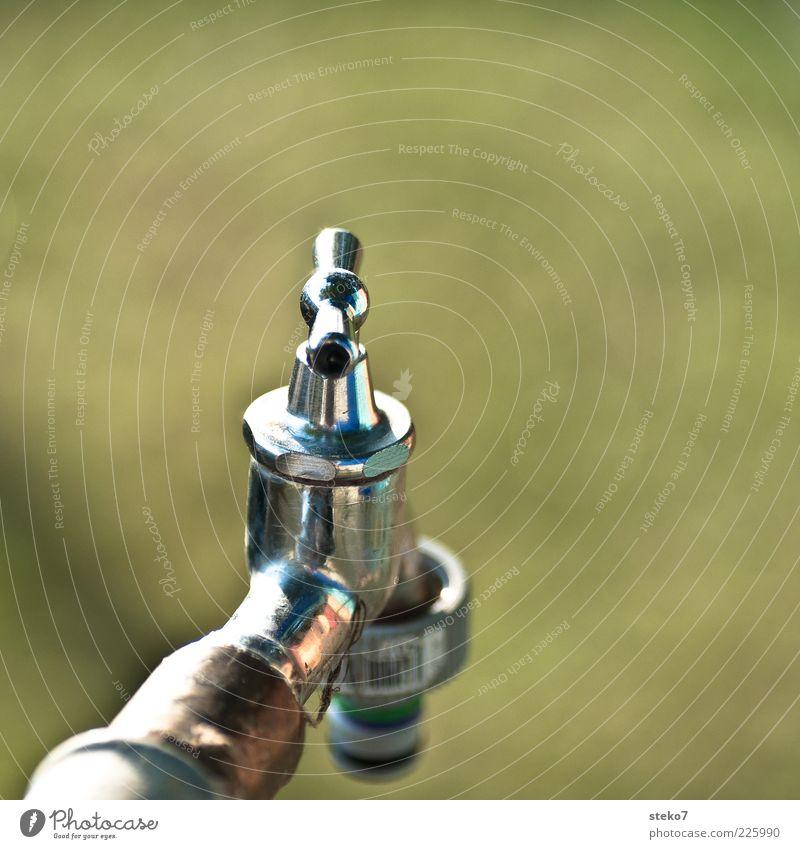 trocken Wasserhahn glänzend grün silber Metall Edelstahl Ventil Gedeckte Farben Außenaufnahme Menschenleer Textfreiraum oben Freisteller Hintergrund neutral