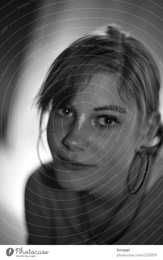 dreamin' Haare & Frisuren Haut Gesicht Mensch feminin Junge Frau Jugendliche Kindheit Leben Kopf 1 Ohrringe blond langhaarig Scheitel Zopf Denken Lächeln warten