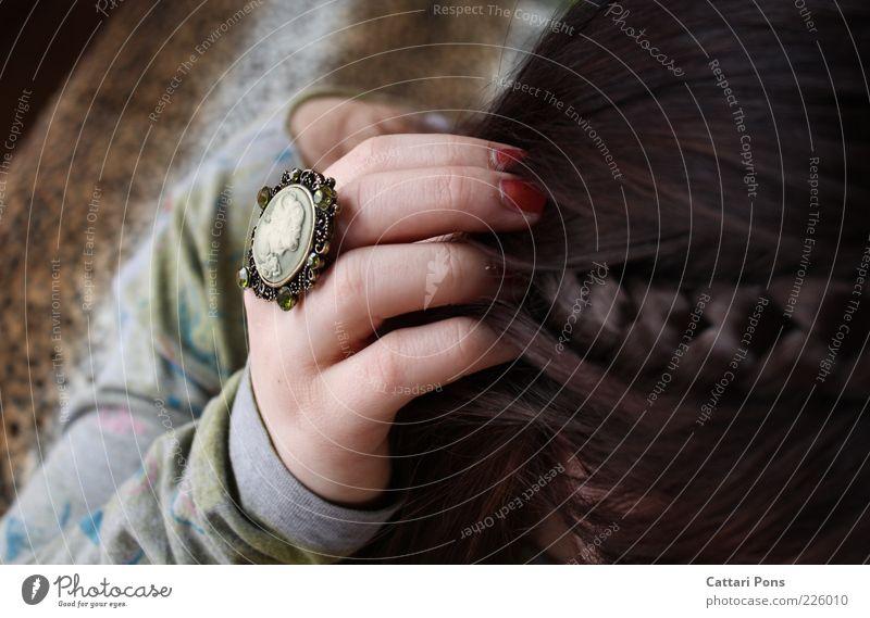 Gemme Zopf braun grün brünett Frau lang Haare & Frisuren Hand geflochten Nagellack Finger Schmuck altehrwürdig Ring edel Edelstein Fingernagel Vogelperspektive