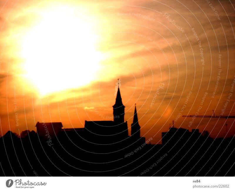 Sonnenuntergang über Burg, Köln gelb rot schwarz Wolken Kontrast Abendzeit Burg oder Schloss