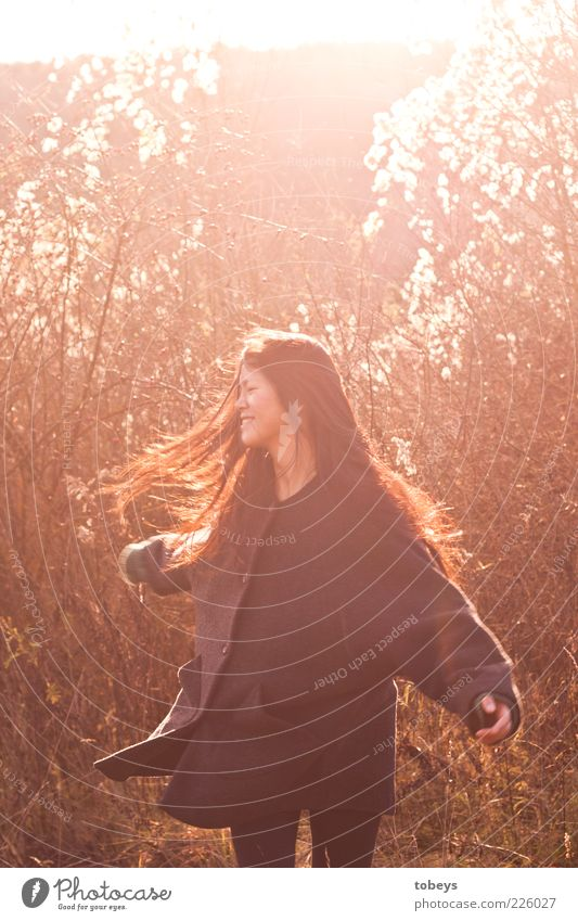 ...wanna have fun Freude Gesundheit Ausflug Ferne Freiheit Sommer feminin 18-30 Jahre Jugendliche Erwachsene Natur Herbst Schönes Wetter Wildpflanze Wald Mantel