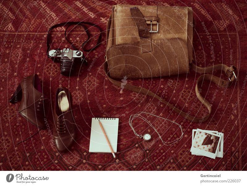 Liebe Dinge alt Freizeit & Hobby Lifestyle Uhr Fotokamera Zettel Tasche Gerät Teppich altehrwürdig altmodisch Schuhe Damenschuhe Boden aufgereiht Taschenuhr