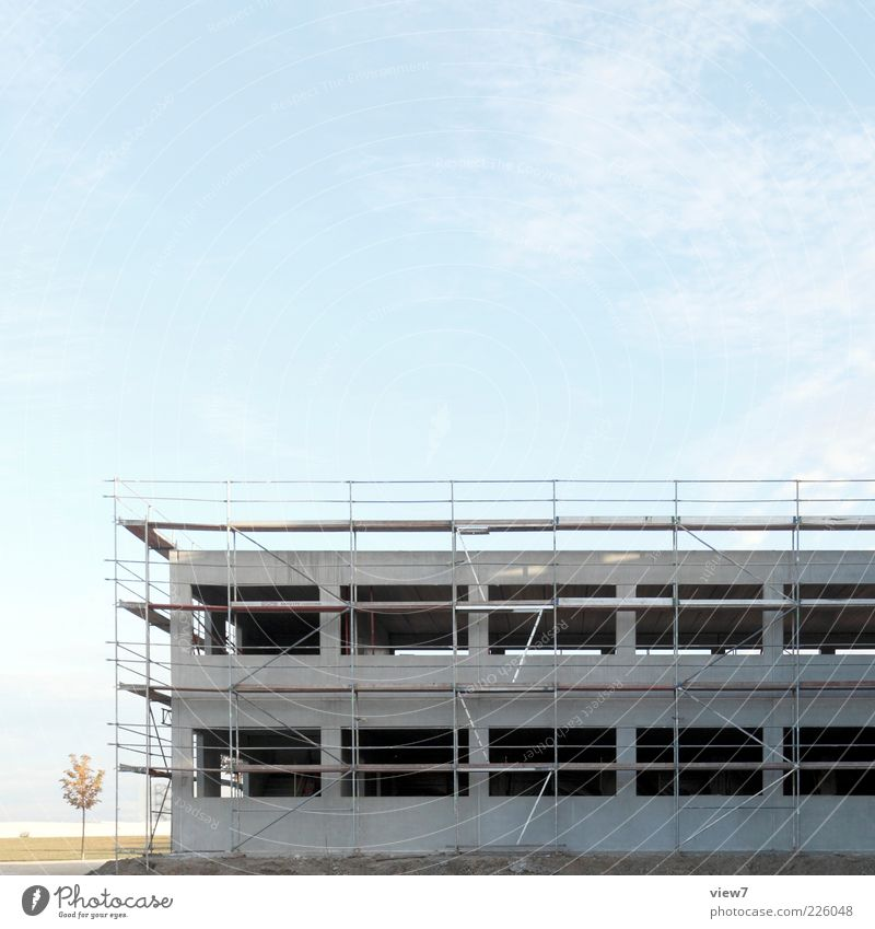 Baugerüst Baustelle Landschaft Himmel Schönes Wetter Industrieanlage Mauer Wand Fassade Beton authentisch modern neu Perspektive Wandel & Veränderung Neubau