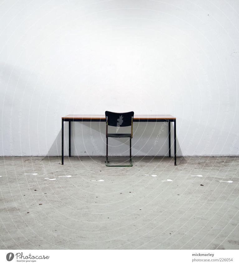 Lonesome Worker Stuhl Tisch Raum Arbeitsplatz Arbeit & Erwerbstätigkeit gebrauchen beobachten Erholung außergewöhnlich dreckig gruselig hässlich kalt Unlust