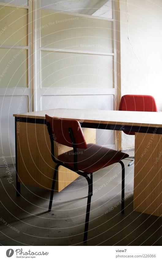 Assessment-Center alt Büro Business Stimmung Innenarchitektur Ordnung Tisch Perspektive authentisch Zukunft Stuhl Vergänglichkeit einfach Schreibtisch