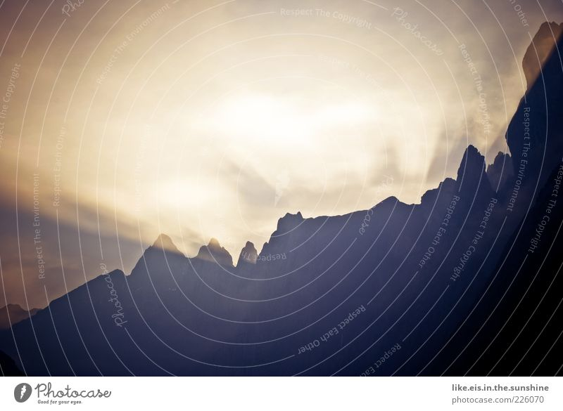 Guten Morgen! Natur ruhig Ferne Erholung Herbst Freiheit Berge u. Gebirge Landschaft Wetter glänzend Felsen wandern groß Wandel & Veränderung außergewöhnlich