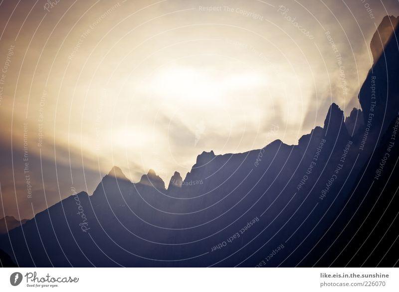 Guten Morgen! Natur ruhig Ferne Erholung Herbst Freiheit Berge u. Gebirge Landschaft Wetter glänzend Felsen wandern groß Wandel & Veränderung außergewöhnlich Kitsch