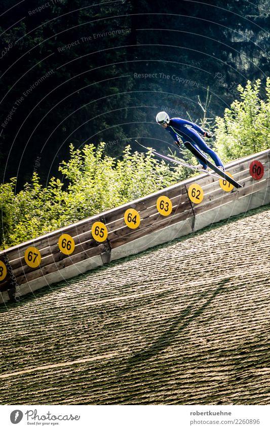 Skispringer bei der Landung sportlich Fitness Sport Sport-Training Wintersport Sportler Sportstätten Schanze Mensch maskulin Erwachsene 1 18-30 Jahre