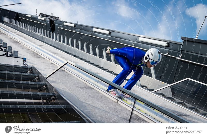 Skispringer auf der Skischanze Sport Fitness Sport-Training Wintersport Sportler Erfolg Skispringen Sportstätten Mensch Mann Erwachsene 1 18-30 Jahre
