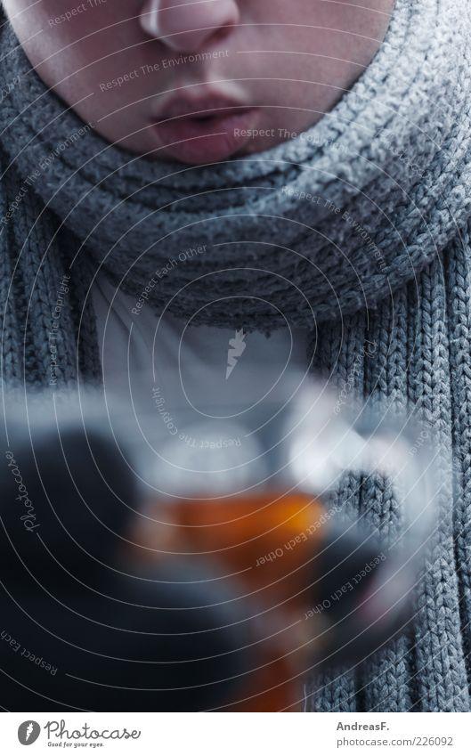 Teetrinker Lebensmittel Getränk trinken Heißgetränk Glühwein Glas Krankheit Winter maskulin Junger Mann Jugendliche Mund Hand 1 Mensch 18-30 Jahre Erwachsene