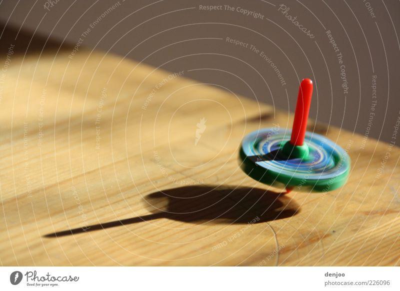 Rotation Spielen Tisch Kitsch Krimskrams Bewegung drehen Geschwindigkeit Farbfoto Innenaufnahme Nahaufnahme Schatten Menschenleer Drehung mehrfarbig Kinderspiel