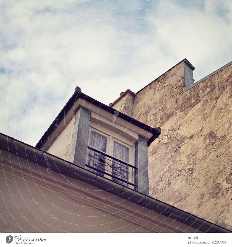 Fensterecke Haus Fassade alt Himmel Farbfoto Außenaufnahme Textfreiraum oben Froschperspektive Dachfenster Dachrinne Nachbarhaus Wolkenhimmel Menschenleer
