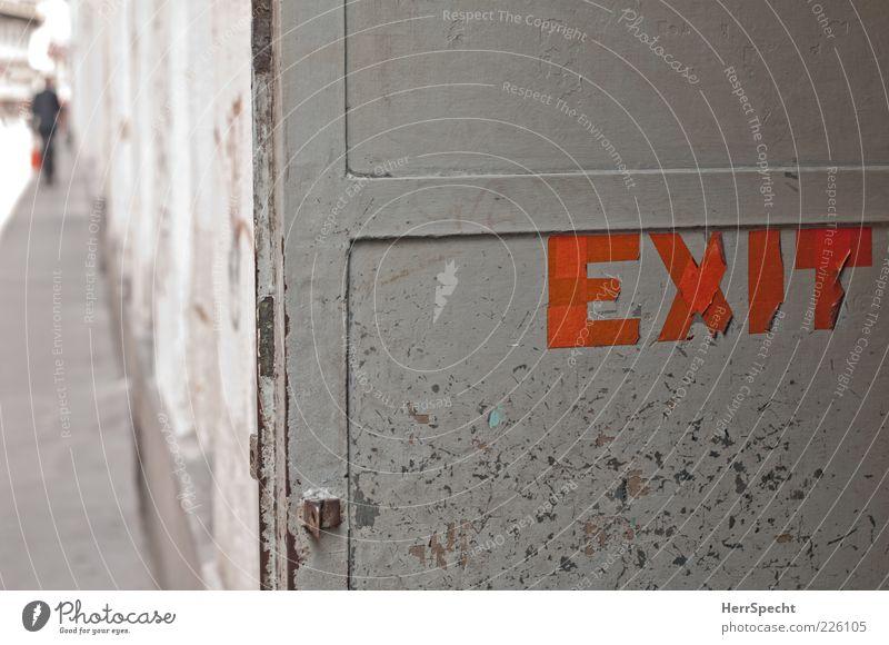 Notausgang Mensch Mann alt rot Erwachsene Wand grau Mauer Stein Gebäude Metall Tür gehen Schriftzeichen Hinweisschild Buchstaben