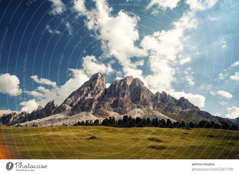 Ein Berg. Berge u. Gebirge Wiese Felsen wild Gipfel Macht Alpen Mut Aggression Felswand Dolomiten Bergkette erhaben
