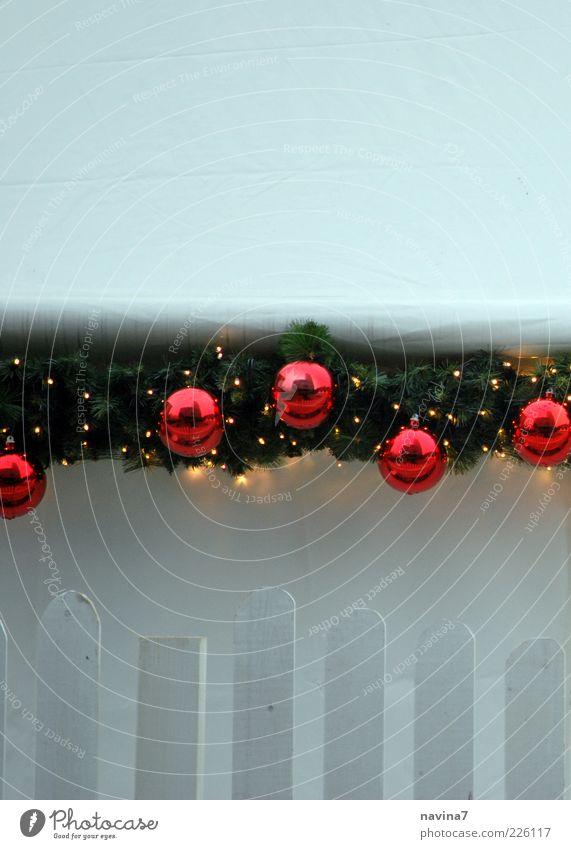 kalte Weihnacht Zeichen rot Einsamkeit Gedeckte Farben Außenaufnahme Nahaufnahme Menschenleer Textfreiraum oben Tag Textfreiraum unten Dekoration & Verzierung