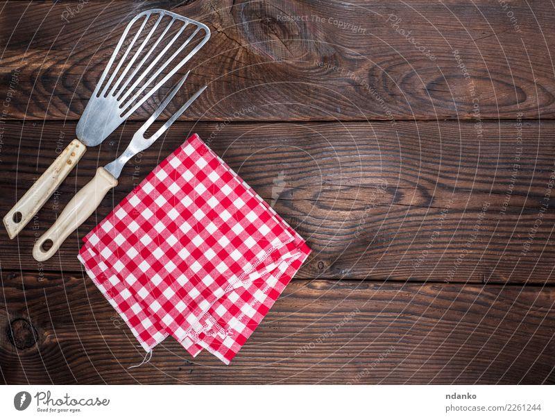 Vintage Küchengeräte und eine rote Serviette Besteck Gabel Tisch Stoff Holz retro braun weiß Deckung Picknick leer Speisekarte Textil Tischwäsche Konsistenz