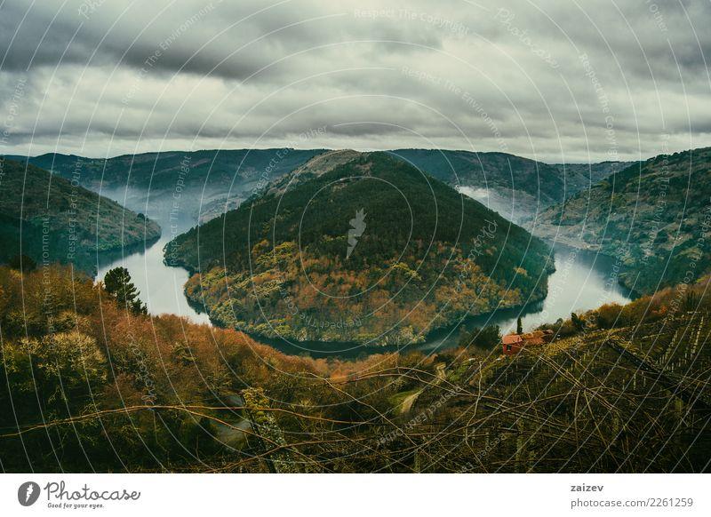 Mäander im Fluss Minho Lugo, Spanien, umgeben von Weinbergen Natur Landschaft Erde Wasser Wolken Gewitterwolken Herbst Winter Unwetter Nebel Wald