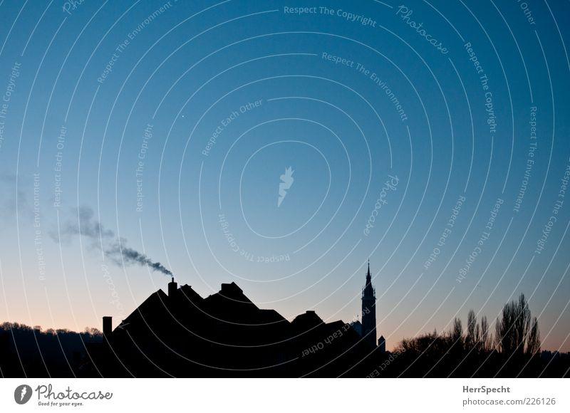 Ein neuer Tag blau Stadt Haus schwarz Gebäude Deutschland Kirche Schönes Wetter Bayern Kirchturm Rauchwolke Landshut