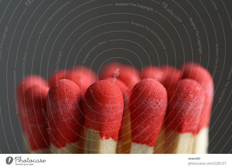 rote Köpfe Holz Streichholz Nahaufnahme Detailaufnahme Feuer bedrohlich anzünden brennen Unschärfe Dinge Farbfoto Innenaufnahme Textfreiraum oben unbenutzt