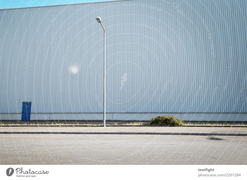 halle Menschenleer Bauwerk Gebäude Architektur Mauer Wand Fassade Straße groß Lagerhalle Laterne Industrielandschaft Strukturen & Formen Farbfoto Außenaufnahme