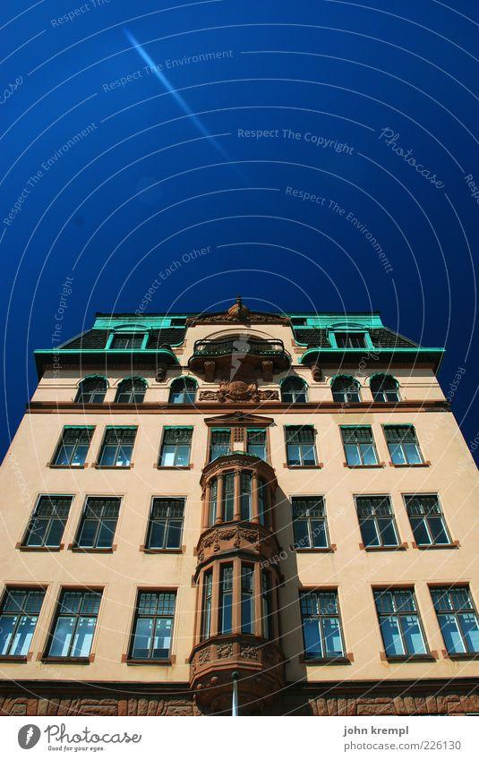 kommt der komet Himmel Stockholm Schweden Altstadt Haus Hochhaus Bauwerk Gebäude Architektur Fassade elegant historisch blau braun grün Zufriedenheit Reichtum