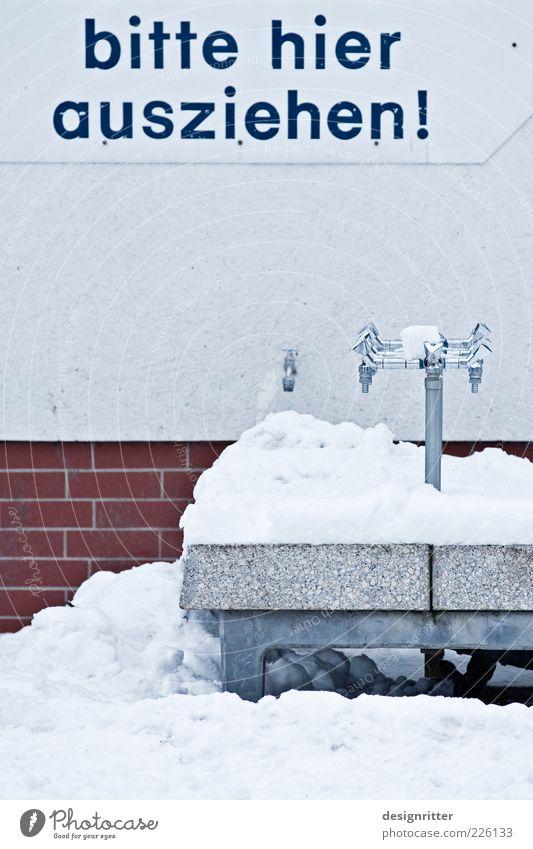 schmerzbefreit Winter kalt Schnee außergewöhnlich Hinweisschild Buchstaben Wunsch Sauberkeit gefroren Mut frieren Waschen Wasserhahn Waschbecken entkleiden Befehl