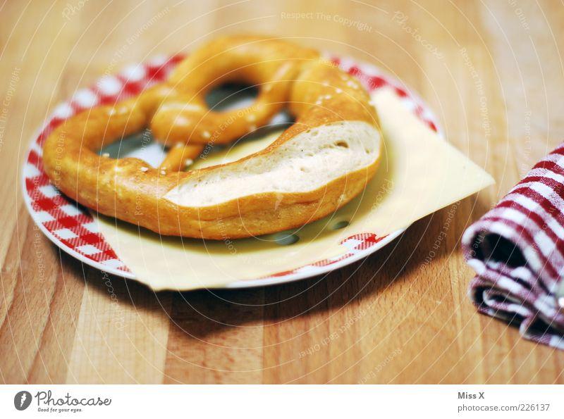 Brezel Ernährung Holz Lebensmittel frisch lecker Teller Bayern Tradition Oktoberfest Backwaren kariert Käse Teigwaren Vesper Snack Serviette