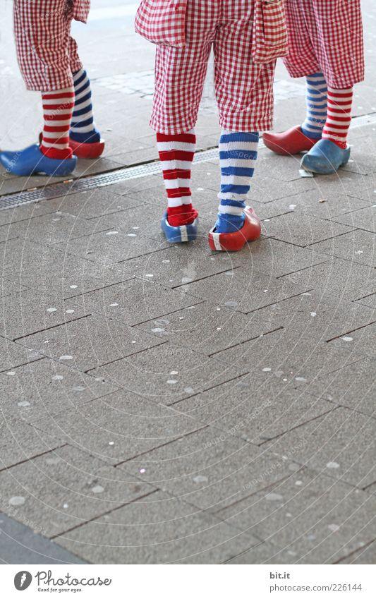 blau-rot-rot-blau-blau-rot Mensch weiß Freude Glück Beine Feste & Feiern Menschengruppe Fuß Zusammensein Freizeit & Hobby stehen Lebensfreude Streifen
