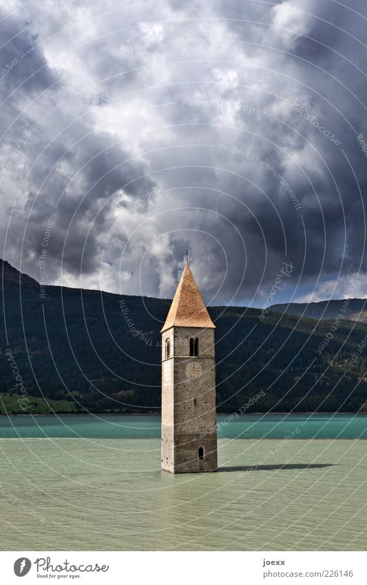 Wasserturm Wolken Gewitterwolken Wetter See Menschenleer Kirche Sehenswürdigkeit alt blau grau grün Glaube Rätsel Verfall Vergangenheit Kirchturm Stausee