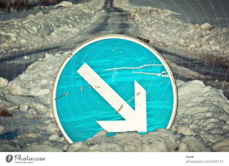 Entscheidungshilfe Winter Schnee Straße Straßenkreuzung Wege & Pfade Hinweisschild Warnschild Pfeil blau Ziel Richtung Verkehrsschild Abzweigung unterwegs