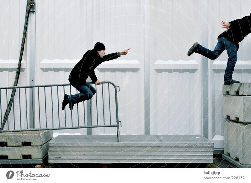 jemanden auf diesem foto markieren Mensch Mann Wand Mauer Erwachsene Metall Schuhe sitzen Beton rennen maskulin Jeanshose Mütze Geländer Richtung skurril