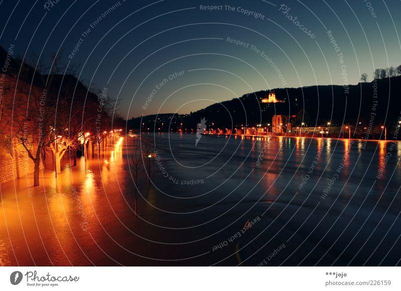 wann kommt die flut? Stadt Landschaft Beleuchtung nass Fluss außergewöhnlich Main Flussufer untergehen Klimawandel Wassermassen Hochwasser Nachtaufnahme